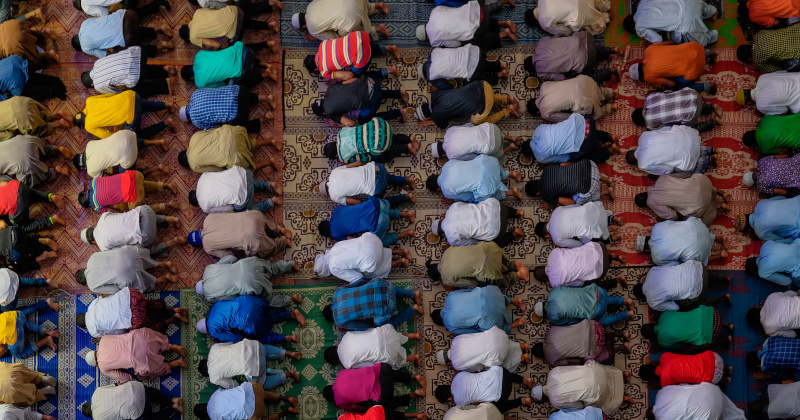 Muslim Employee Claims Discrimination Over Prayer Dispute